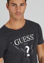 GUESS - S/S BSC Facet Logo Crew Tee Dark Grey
