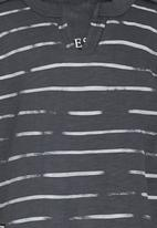 GUESS - Badge Tee Grey