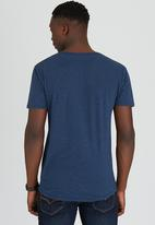GUESS - S/S Essential Long Tee W/Pocket Mid Blue