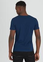 GUESS - S/S BSC Facet Logo Crew Tee Dark Blue