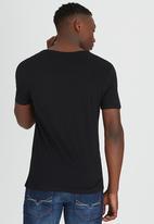 GUESS - S/S BSC Geometric Logo Vnk Tee Black