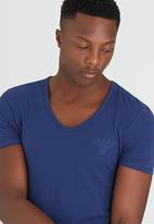 GUESS - S/S Core Collection Tee Mid Blue