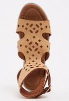 GLAM GIRLS - Cut Out Sandal Camel