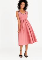 AMANDA LAIRD CHERRY - Simosihle Dress Mid Pink