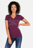 GUESS - V-neck Logo Tee Burgundy