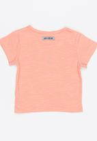 Just chillin - Tee Coral