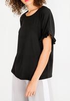 c(inch) - Frill Sleeve T-Shirt Black
