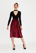 STYLE REPUBLIC - Pleated Velour Skirt Burgundy