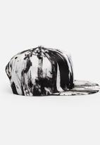 STYLE REPUBLIC - Printed Peak Black and White