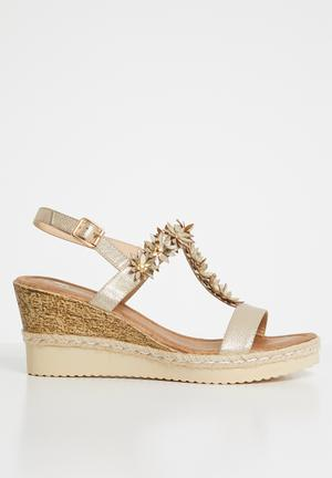 116b215a6194b By Butterfly Feet R449 · Keisy flower detail wedges - gold