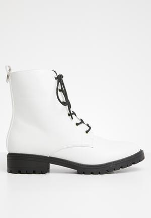 Roxy lace up boot - white