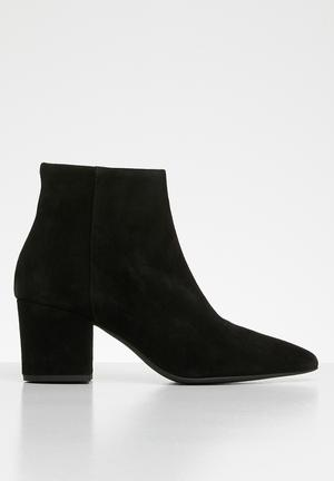 Astrid suede boot - black