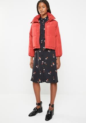 Oversized cropped puffer jacket - red