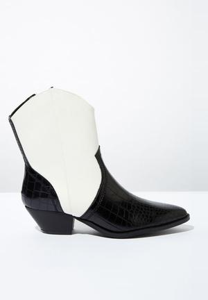 Larissa western boot - black & white