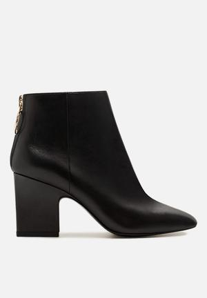 Zipped leather ankle boot - black