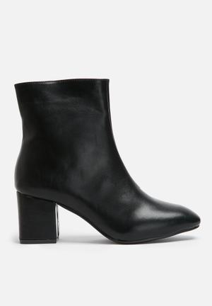 Heeled zip boot
