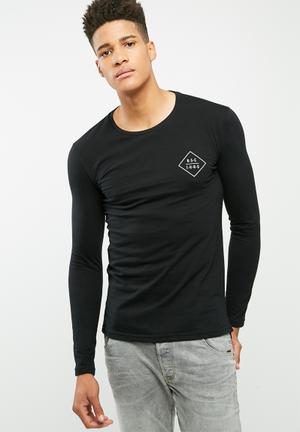 Long graphic tail crew neck tee