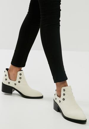 E8 By Miista Odessa Boots White