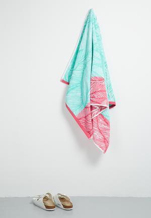 Dreamy leaves beach towel
