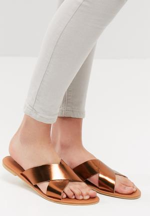 Cross over leather sandal