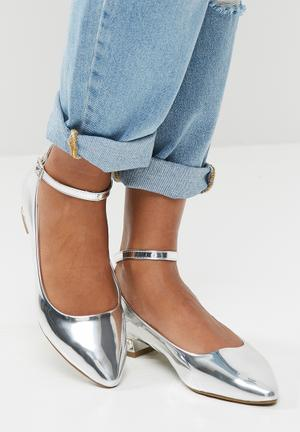 Zoom Bev Pumps & Flats Silver