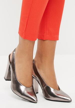 Pointed slingback court