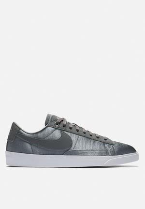 Nike Blazer Low Sneakers Gunsmoke - White
