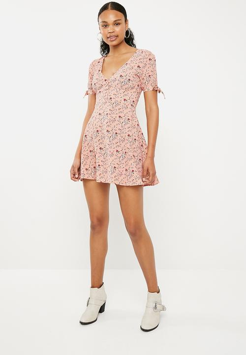 c39145b1a9 Crepe button front mini dress - pink floral Missguided Casual ...