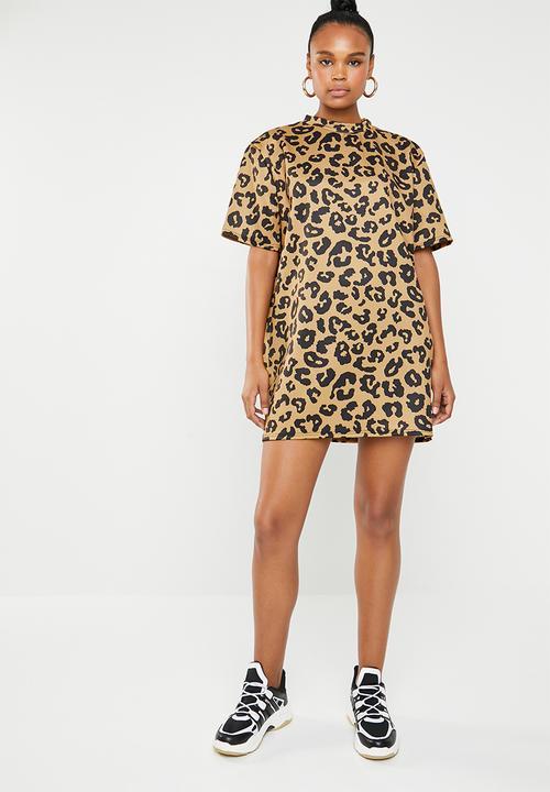 2e5c6da9f0fd9 High neck T-shirt dress leopard - tan & black Missguided Casual ...