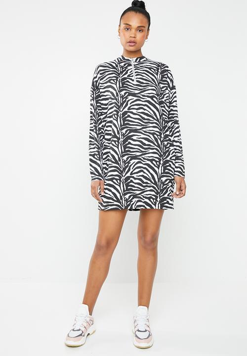 5b053c689f92 Oversized long sleeve front T-shirt dress - zebra Missguided Casual ...