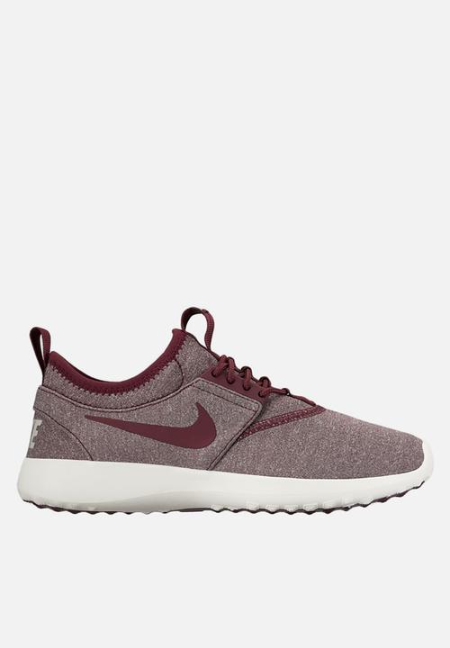 78c6e0aa30342 Nike W Juvenate SE - 862335-600 - Night Maroon / Light Iron Ore ...