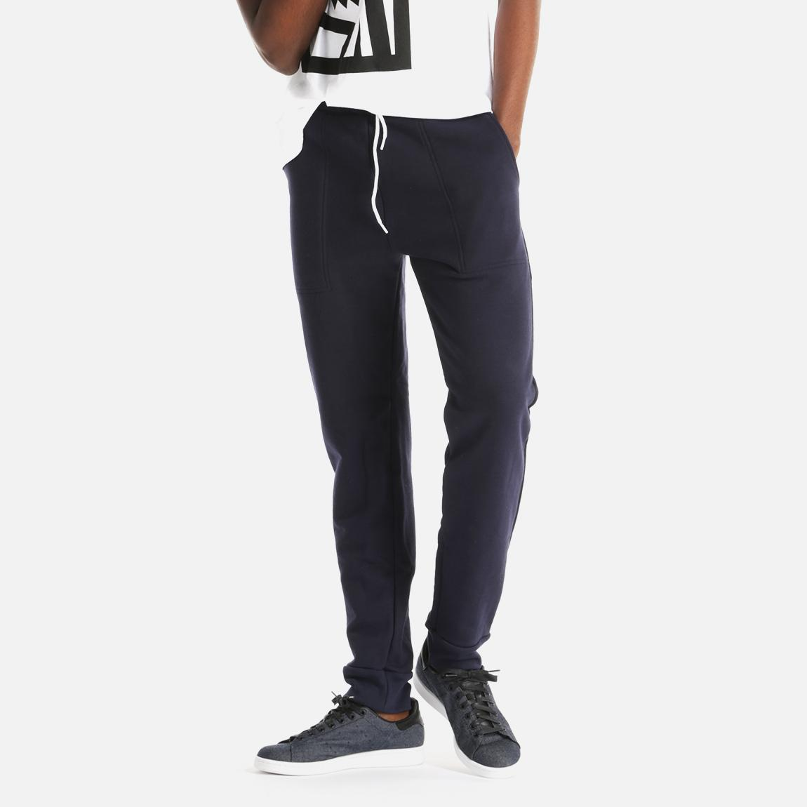 A new style to our Classic sweatpant! The cotton pant features an elastic waistband with drawstrings, side pockets, back right pocket and cuffed bottoms. Black Dog on solid metal button on back right pocket.