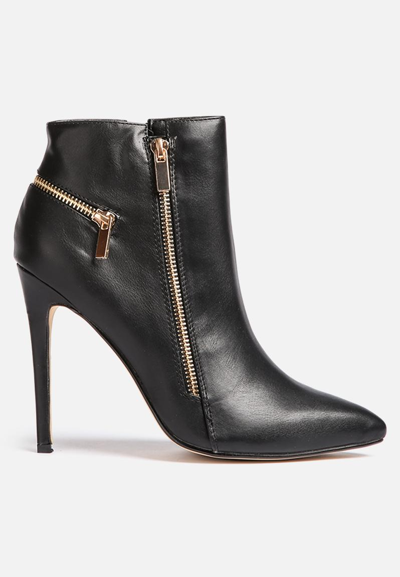 Black Ankle Boots with Zipper Black ankle boots with zipper are easy to wear, and there's a large selection at Stylight to choose from. From weatherproof booties with sensible heels, to killer heels holding up dramatically-embellished styles, this collection covers day and evening wear.